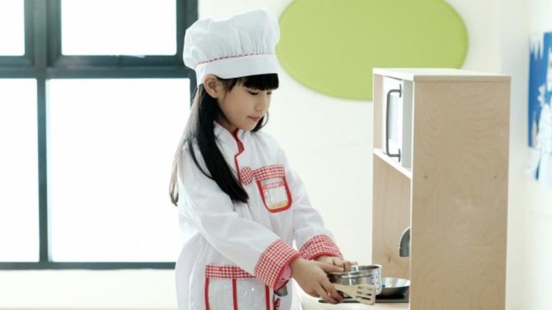Ilustrasi anak sedang belajar memasak