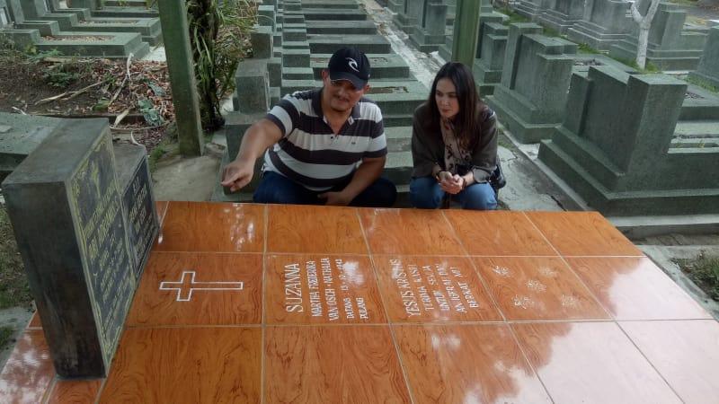 Luna Maya ziarah kubur di pemakaman Suzzanna