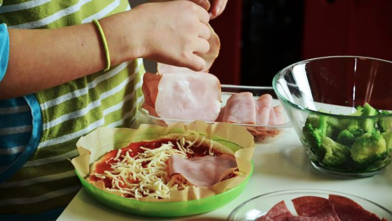 Pizza dengan toping sayur dan daging