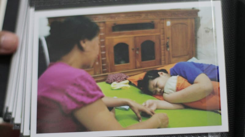 Meriel menggengam tanagn mamahnya
