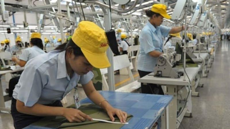 Buruh bekerja di Industri Garment