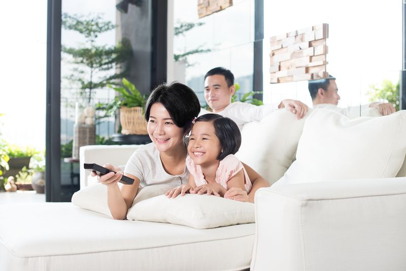 com-menonton TV bersama keluarga