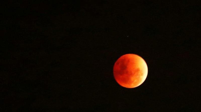 Gerhana bulan terlihat dari Kota Tua