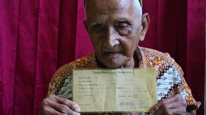 Nyak Sandang dengan surat obligasi | Foto: Kumparan