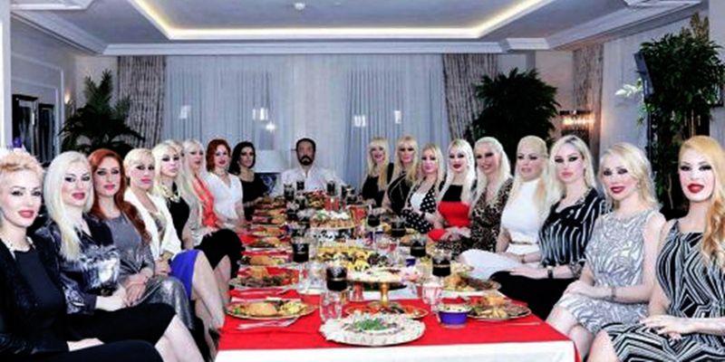 Harun Yahya bersama para Kitten pengikutnya.