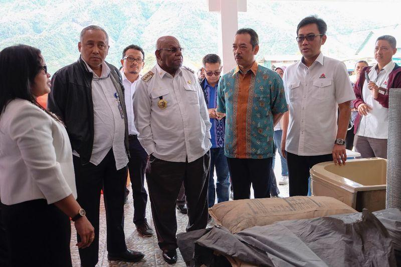 Kementerian BUMN Tinjau Semen di Papua