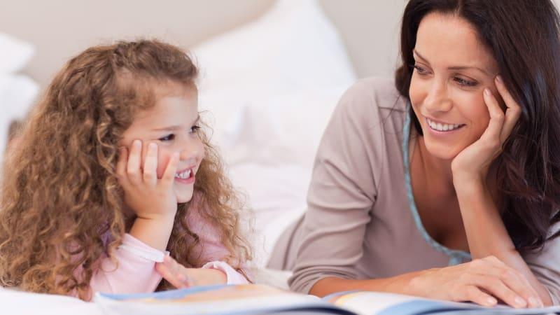 Membaca  buku untuk mengalihkan perhatian anak