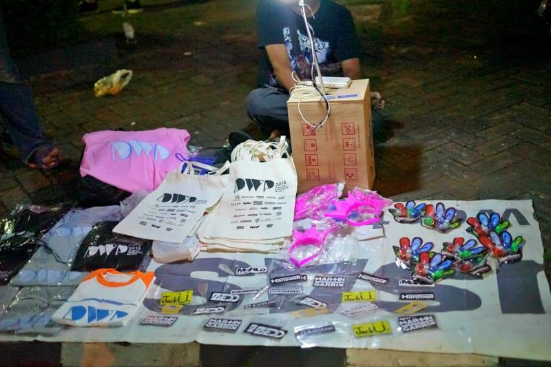 Berbagai jenis merchandise DWP dijual di pintu keluar DWP