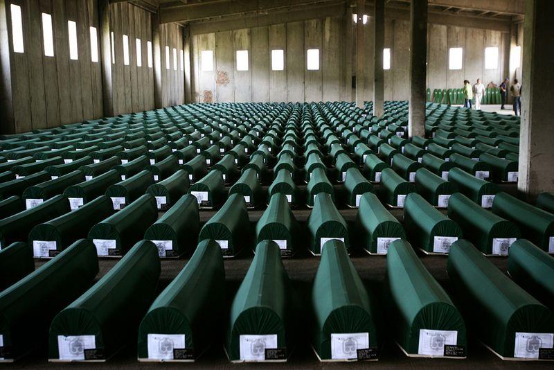 Pemakaman 8.000 Muslim Bosnia yang dibantai di Srebrenica oleh Tentara Serbia pada 1995