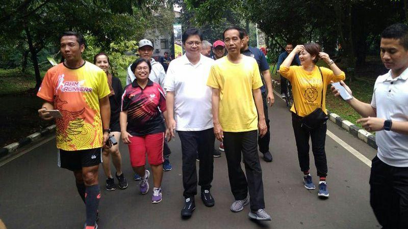 Jokowi olahraga bersama Airlangga di Kebun Raya