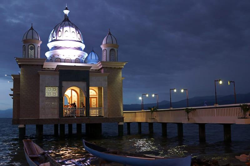 Suasana Masjid Terapung, Palu, saat malam hari.
