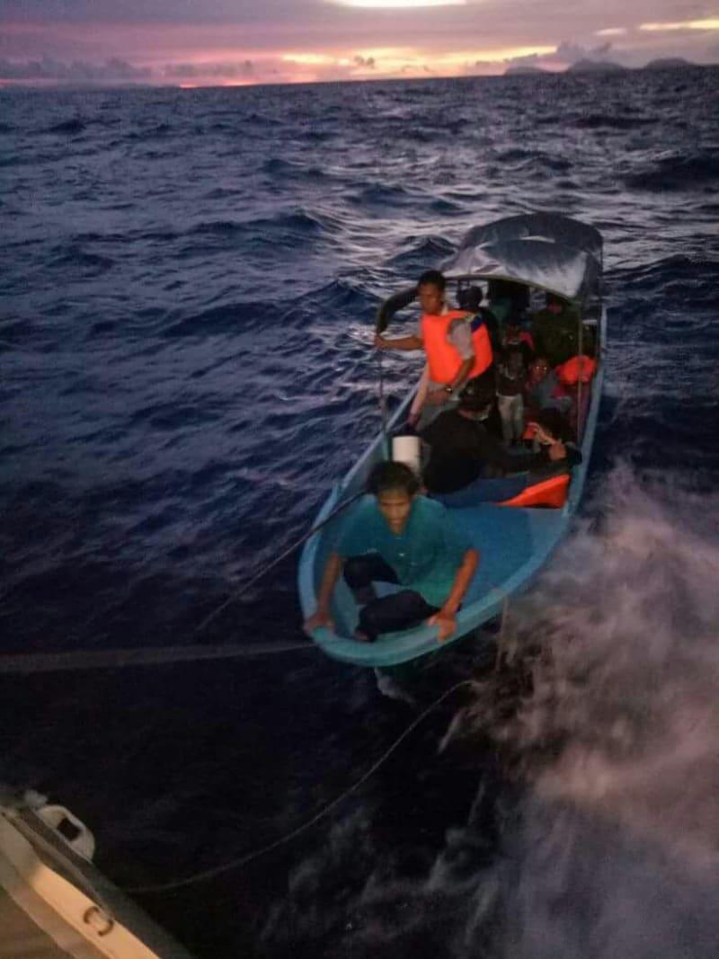 Evakuasi Korban Kapal Terbalik Sorong