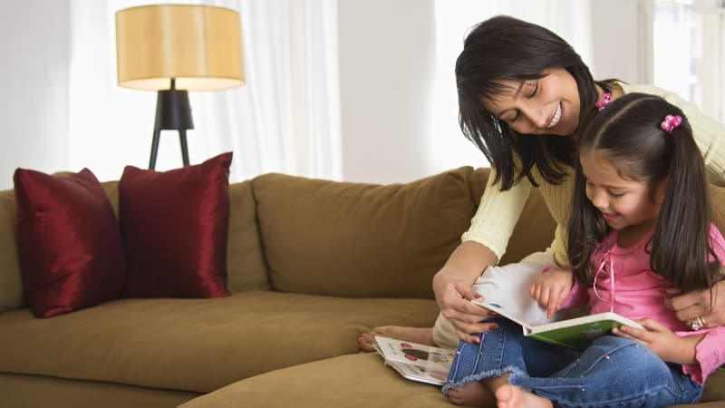 Ilustrasi anak belajar dan membaca.