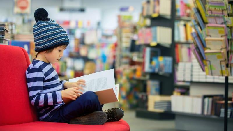 Ilustrasi anak membaca.