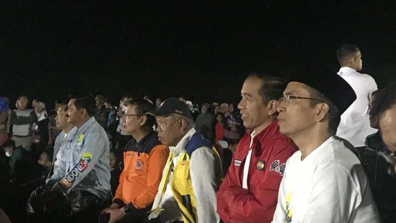 Jokowi dan TGB menonton upacara penutupan Asian Games di Lombok.