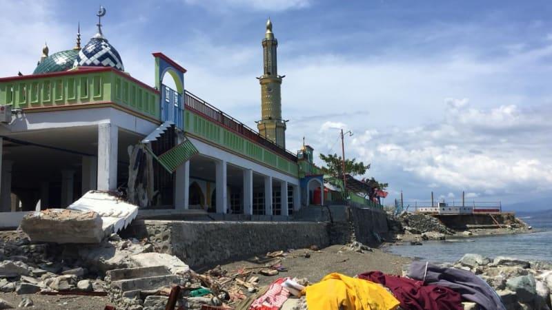 Masjid Ar Rahmat kokoh berdiri meski dihantam tsunami.