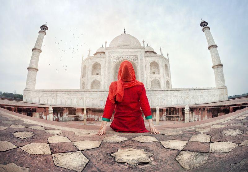 com-Travel Blogger