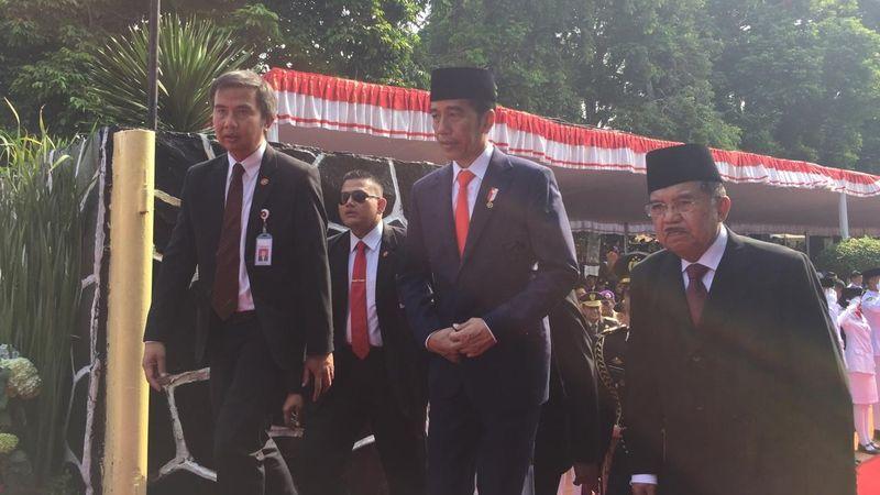 Jokowi Berhenti Sejenak Nikmati Lagu Gugur Bunga di Lubang ...