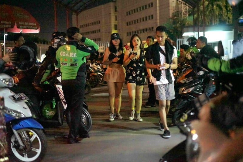 Supir Grab Bike dan Gojek menawarkan jasa di pintu keluar