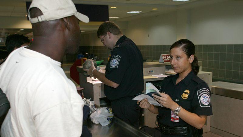 Cover: Pegawai Imigrasi Amerika Serikat