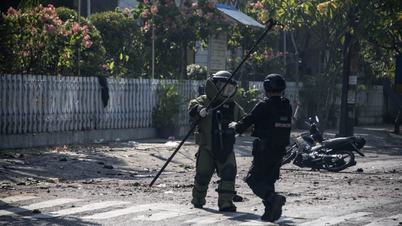 Pemeriksaan ledakan bom di Surabaya.
