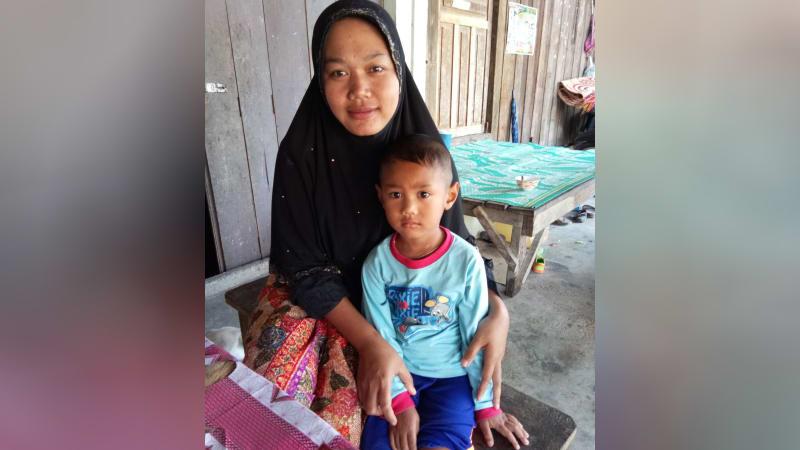 Marhayati dan anaknya di Pattani, Thailand