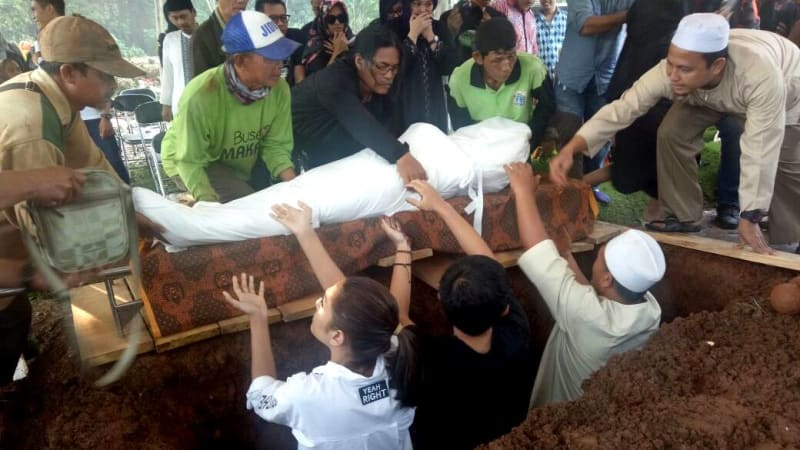 Prosesi pemakaman kakaknya Ashanty