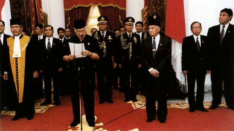 Soeharto mengundurkan diri dari kursi presiden