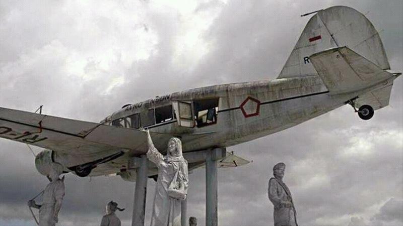 Monumen Pesawat Avro Anson RI 003