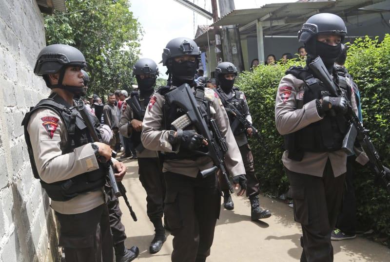 Polisi Berjaga di Depan Rumah yang Digerebek