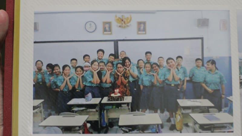 Meriel bersama teman-teman SMP