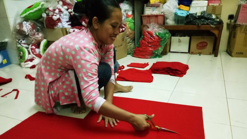 Pembuatan Topi Santa Claus di Bekasi