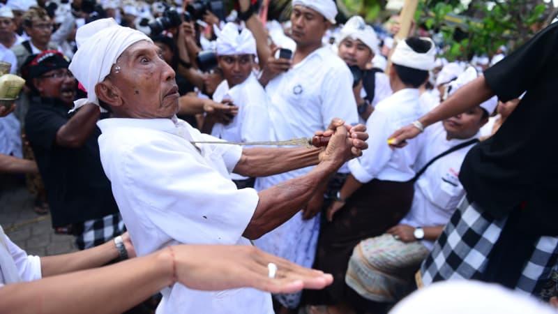 Tradisi Ngurek di Bali