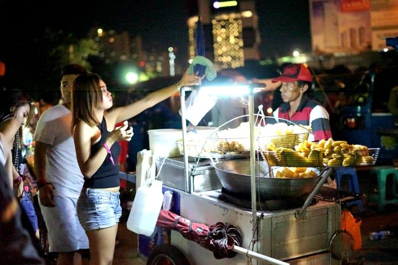 Para penonton membeli makanan dan minuman usai DWP