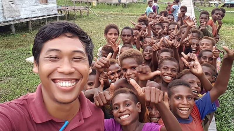 dr. Yafet Yanri bersama anak-anak Papua