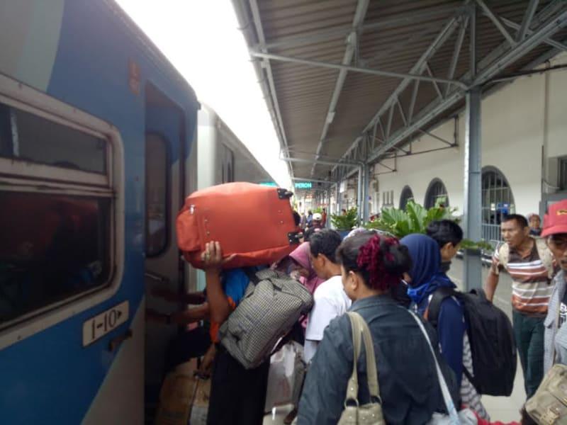 Penumpang Kereta di Stasiun Gambir