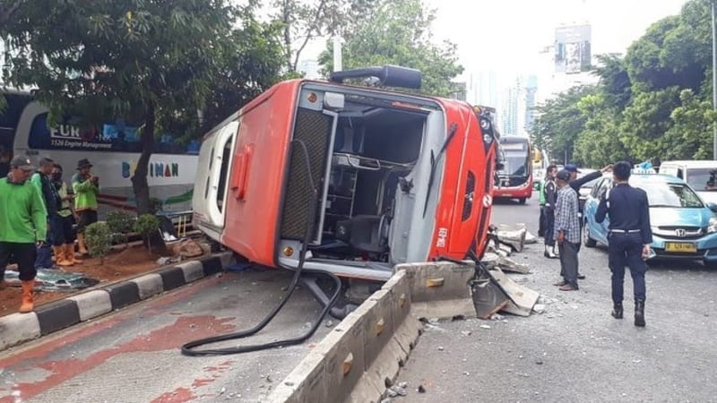 Kecelakaan bus Transjakarta terguling di Jl. Gatot Subroto
