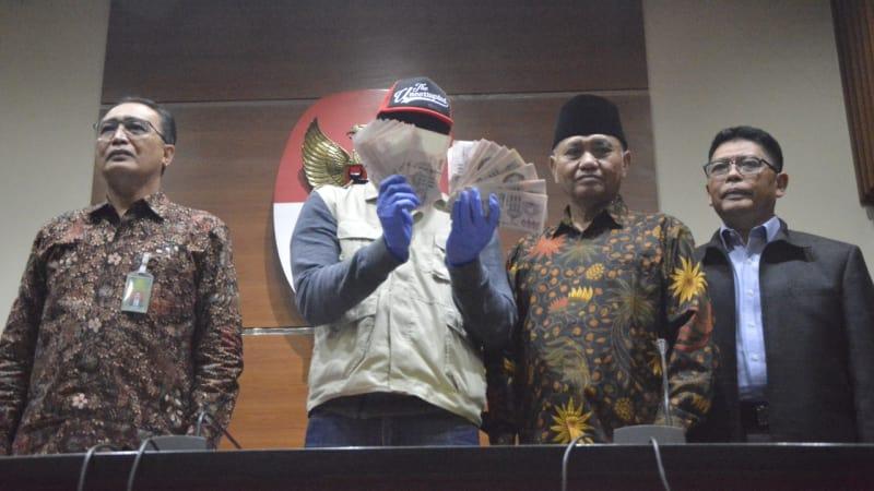 Konferensi pers berupa barang bukti uang Dolar Singapura terkait OTT PN Hakim Medan, di Gedung KPK