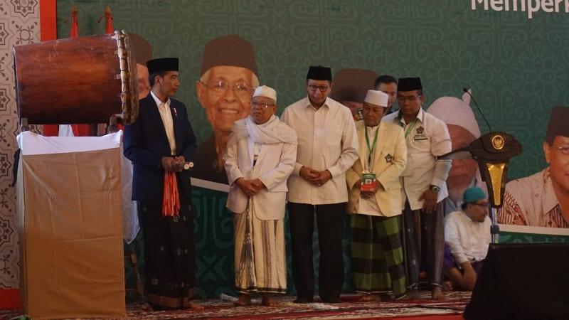 Jokowi memukul beduk di acara Hubbul Wathon