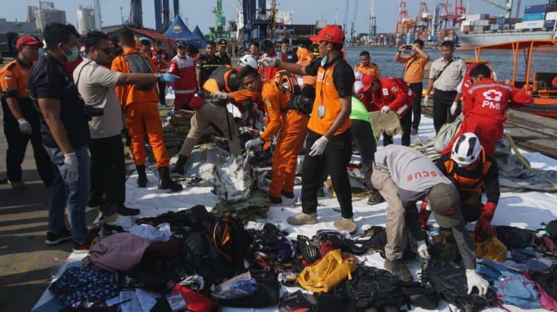 Proses evakuasi puing-puing pesawat Lion Air di JICT Priok