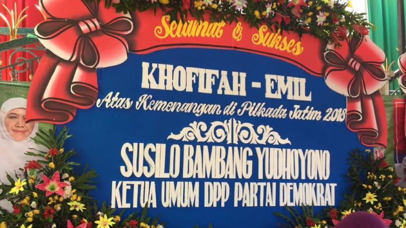 Karangan bunga untuk Khofifah-Emil