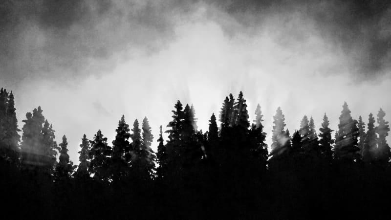 Ilustrasi gunung yang menyeramkan kala malam hari