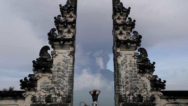 Erupsi Gunung Agung Bali pada Senin (27/11)