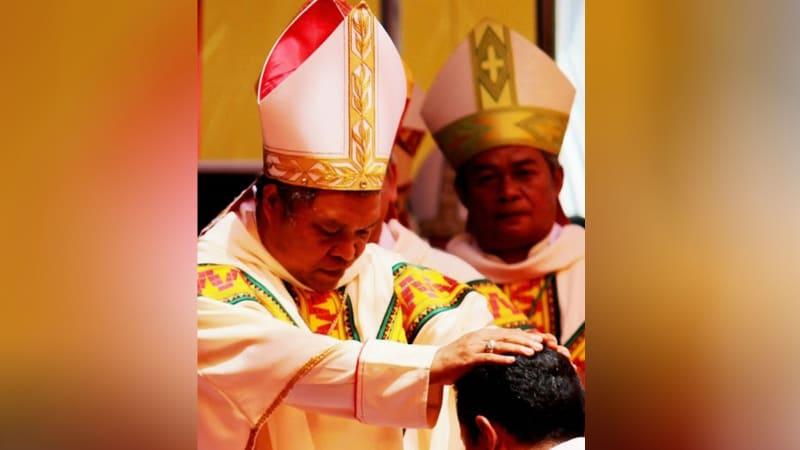 Uskup Hubertus Leteng