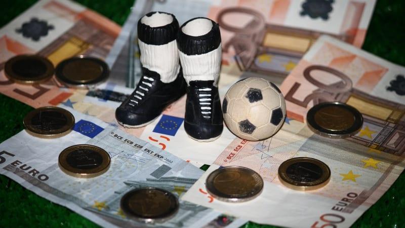 Ilustrasi Sepak Bola dan Uang