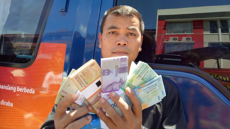 Penukaran uang baru di Pasar Rawamangun