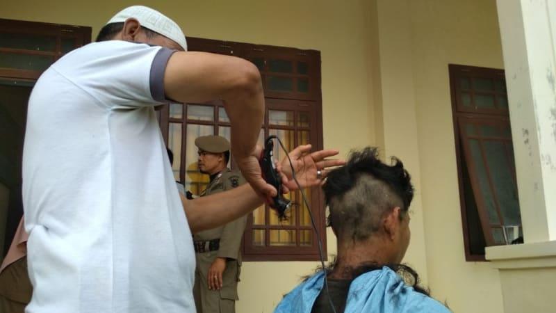Polisi Syariat cukur rambut anak punk dan waria