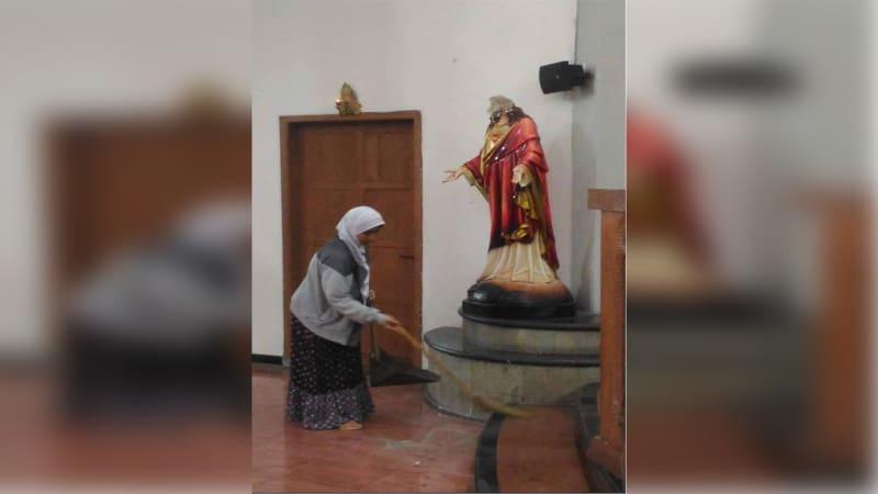 Warga membersihkan Gereja Katolik St Lidwina