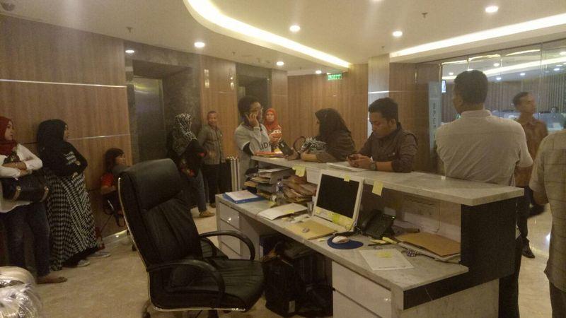 Para calon Jemaah di kantor First Travel