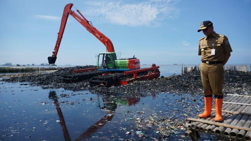 Anies di lokasi pembersihan sampah Teluk Jakarta